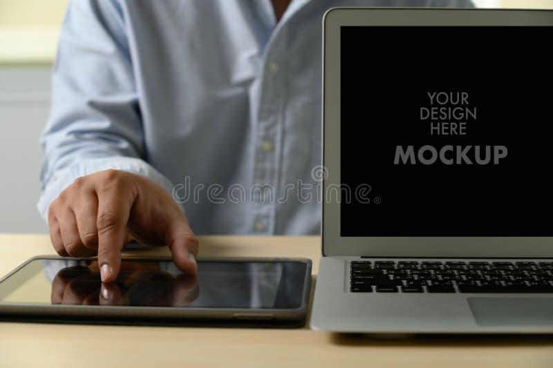 Modell av affärsmannen som använder bärbar datorskärmen för ditt annonserande textmeddelande arkivfoton