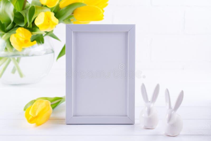 Modell av blommor för tulpan för bildram dekorerade gula i vas på vit bakgrund med rent utrymme för text fotografering för bildbyråer