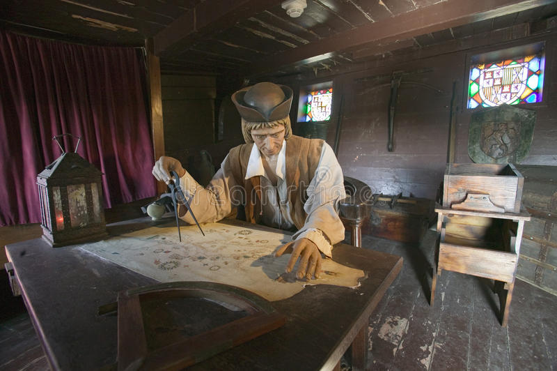 Modell av Christopher Columbus på skrivbordet med översikten i hans kabin på Muelle de las Carabelas, Palos de la Frontera - bida royaltyfri fotografi