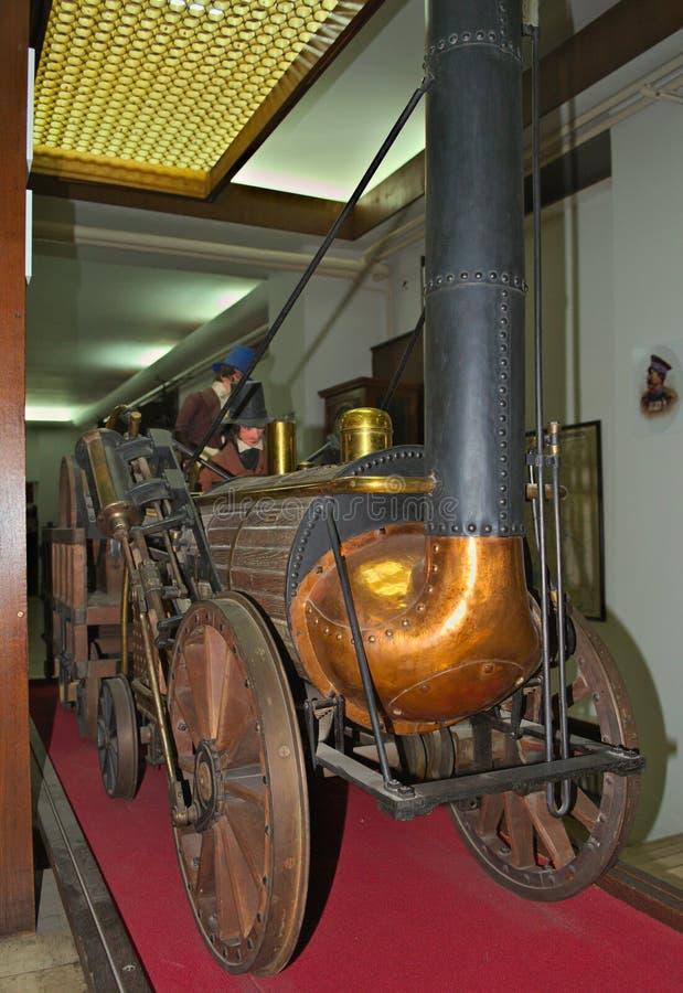 Modell av den första ångalokomotivet på skärm på det järnväg museet i Belgrade, Serbien arkivfoto