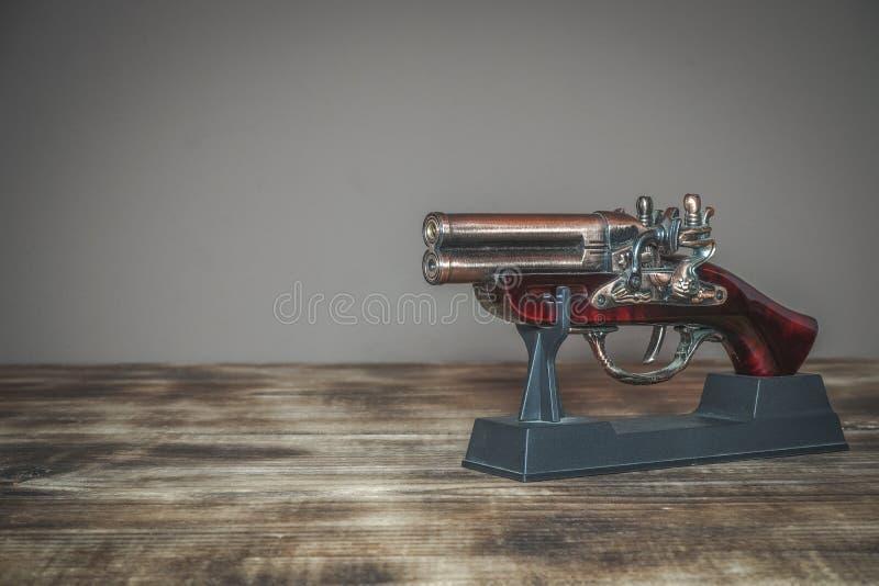 Modell av den gamla pistolen som används i historia arkivfoto