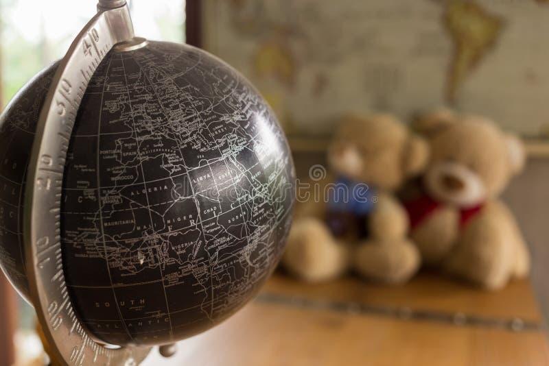 Modell av den svarta världen som dekoreras i vardagsrum arkivbild