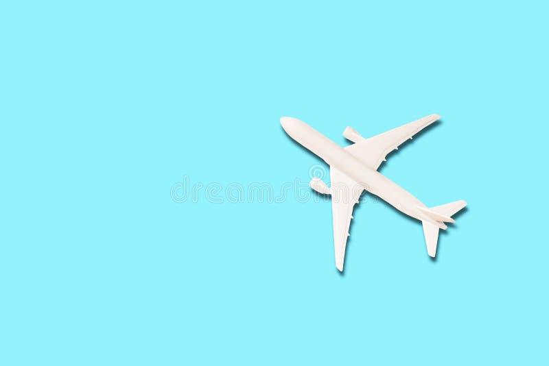 Modell av det vita flygplanet på det ljust - blå bakgrund fotografering för bildbyråer