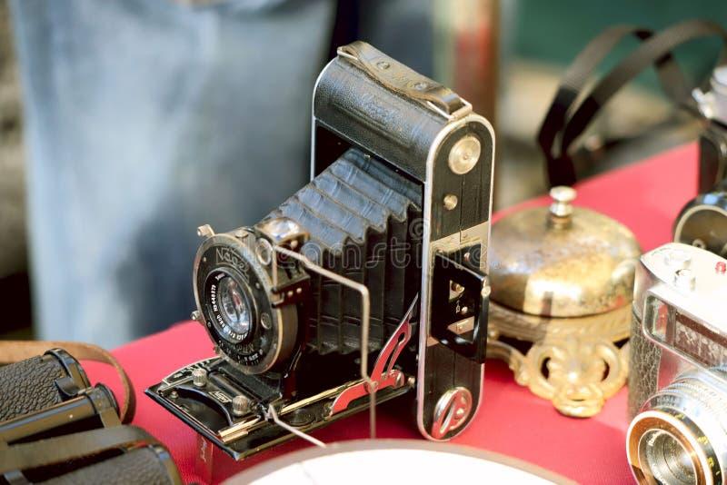 Modell av en gammal kamera på en tabell på en loppmarknad Från gångna tider objekt på marknaden av gammal saker arkivbild
