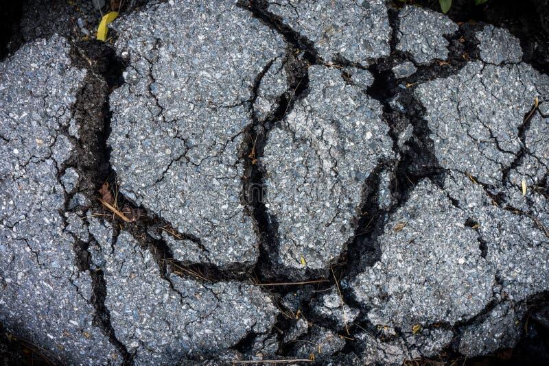 Modell av sprucken asfalttrottoar royaltyfri foto