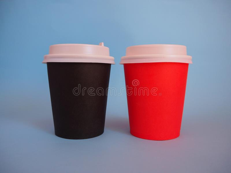 Modell av två pappers- takeaway kaffekoppar med kopieringsutrymme royaltyfria foton