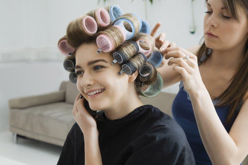 Modell On Call While som har hår att krullas fotografering för bildbyråer