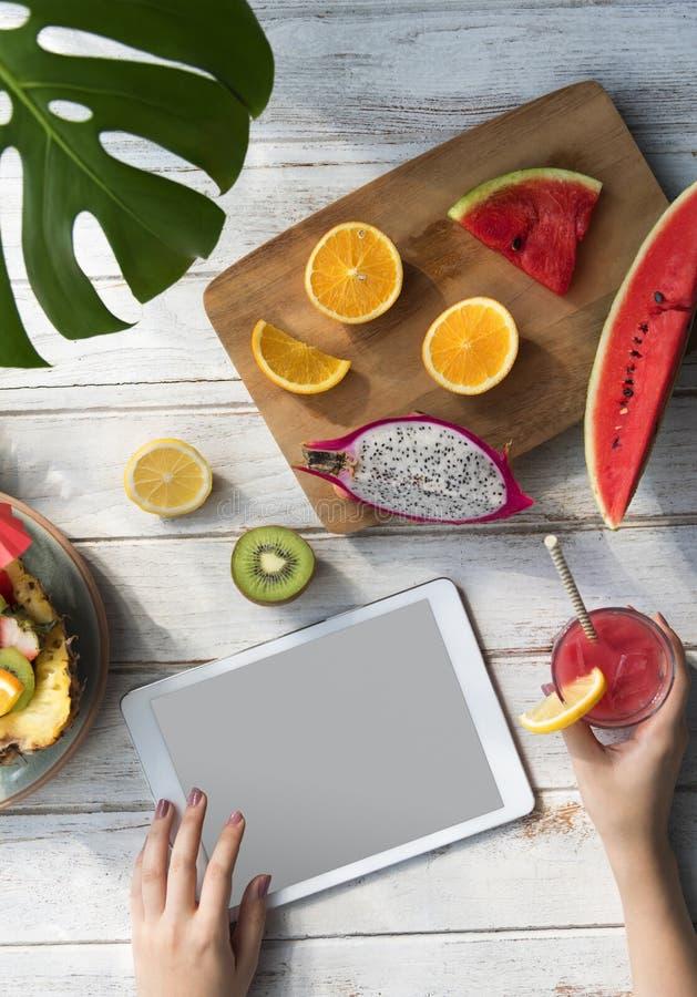 Modell Copyspace-Sommer trägt Digital-Tablet-Konzept Früchte lizenzfreie stockbilder