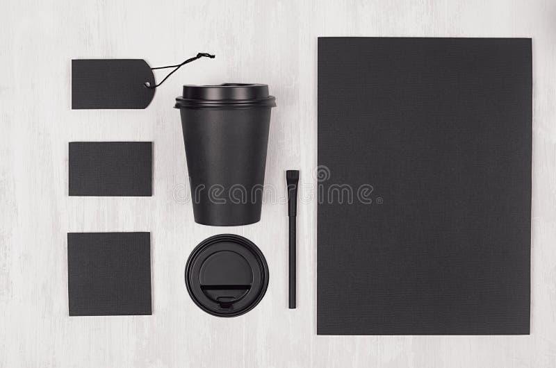 Modell, das für Kaffeeprodukte und Geschäft - schwarze Papierschale, leeres Papier, Briefpapier, Zucker auf weißer hölzerner Tabe stockbild