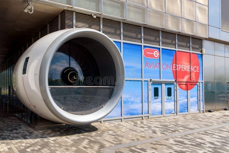 Modell der Flugzeugmaschine am Eingang zur Luftfahrt-Erfahrung lizenzfreie stockfotos