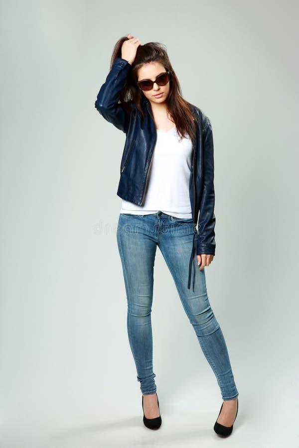 Modell in der Lederjacke und in der Sonnenbrille stockbild