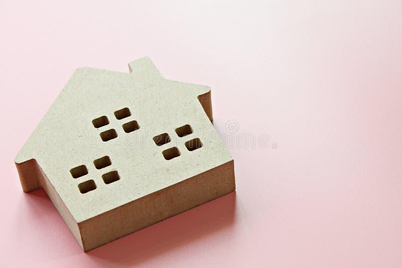 Modell des hölzernen Hauses auf rosa Hintergrund mit dem Kopienraum bereit zum Hinzufügen oder oben verspotten stockfotos