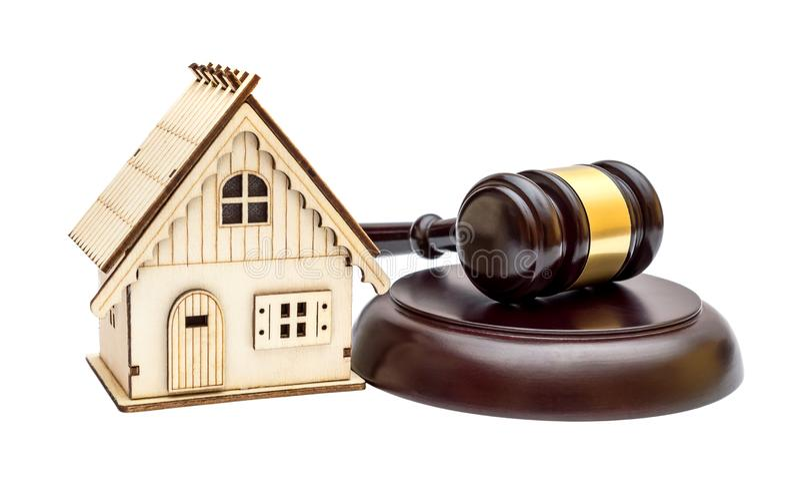 Modell des Hauses mit dem Hammer des Richters und des Stands lokalisiert auf Weiß stockbild