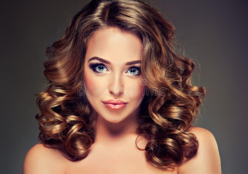Modell des jungen Mädchens mit dem dichten, gelockten Haar lizenzfreies stockfoto