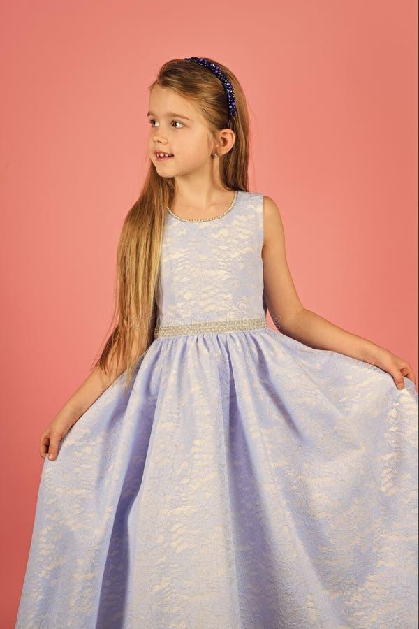 Modell des kleinen Mädchens, Hochzeit, Modekonzept - Mädchen kleidete im blauen und blauen Kleiderlächeln an lizenzfreie stockbilder
