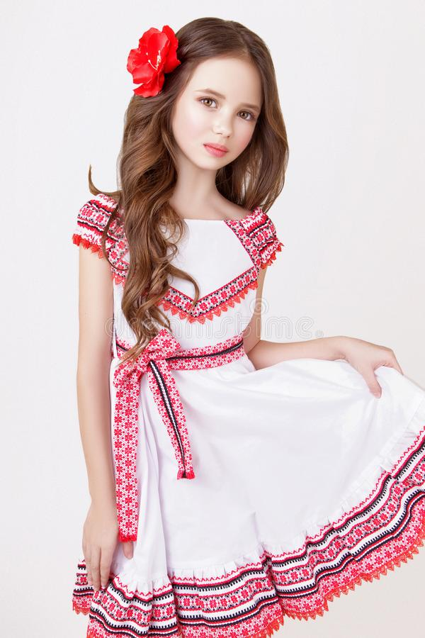 Modell des kleinen Mädchens im Studio auf weißem Hintergrund lizenzfreie stockfotografie