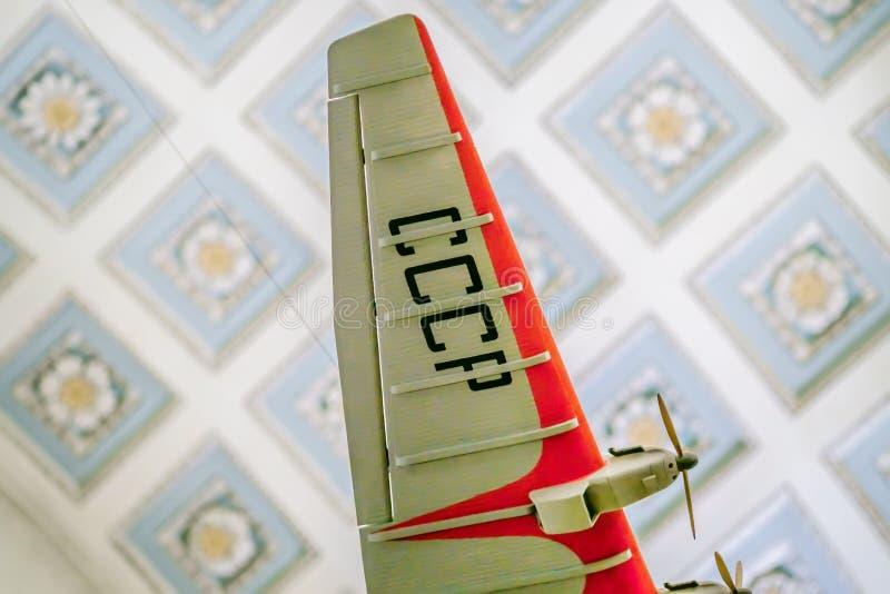 Modell des Retro- sowjetischen Flugzeuges, das in der Luft hängt lizenzfreie stockfotografie