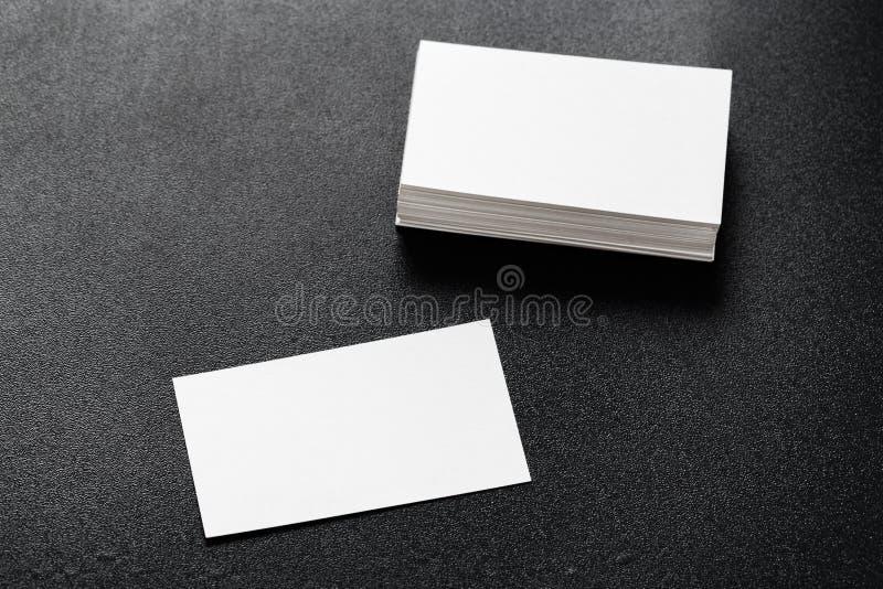 Modell des Visitenkartestapels am dunklen Hintergrund Konzept des Entwurfes Schablone f?r einbrennende Identit?t lizenzfreies stockbild
