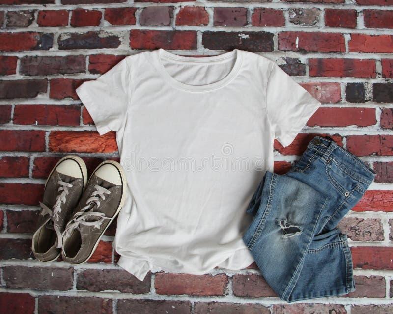 Modell-Ebenen-Lage des weißen T-Shirts lizenzfreies stockbild