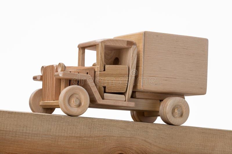 Modell eines hölzernen alten LKWs auf einer geneigten Holzoberfläche lizenzfreie stockfotos