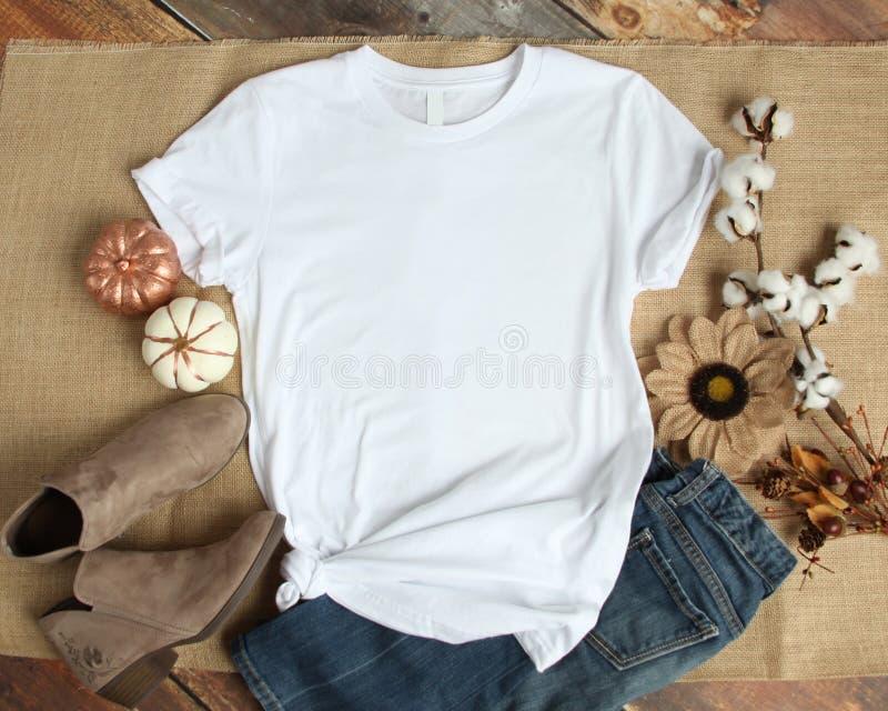 Modell eines weißen Hemd-Schablonen-Fotos T-Shirt freien Raumes lizenzfreies stockbild