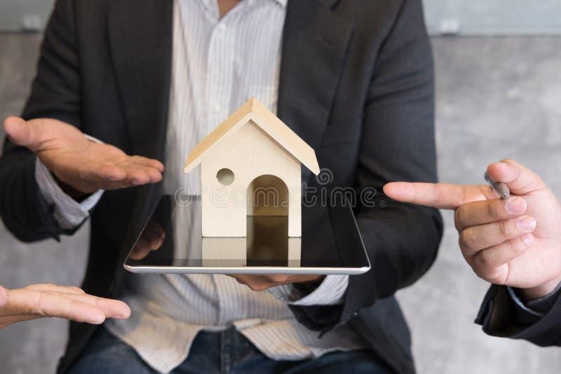Modell för affärsmanvisninghus på den digitala minnestavlan Fastighetsmäklareerbjudande royaltyfria bilder