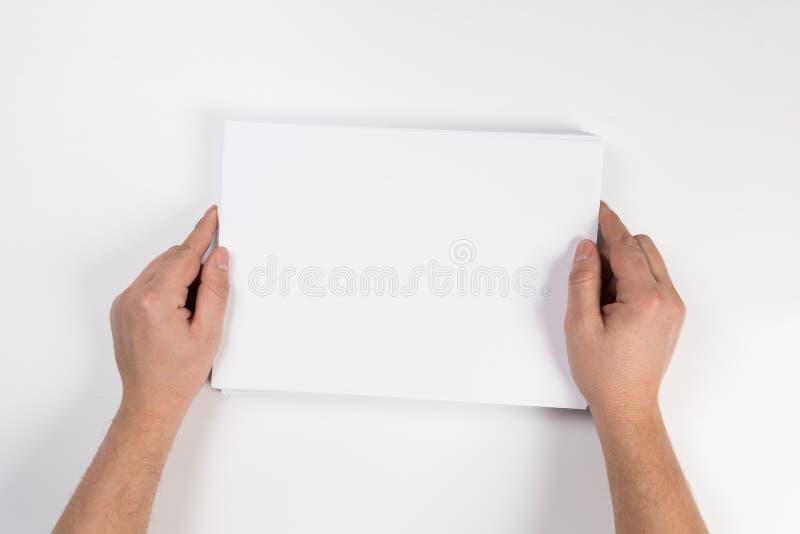 Modell för ark för tomt papper för hand hållande vit, Arm i åtlöje för mall för broschyr för skjortahållfrikänd upp arkivfoton