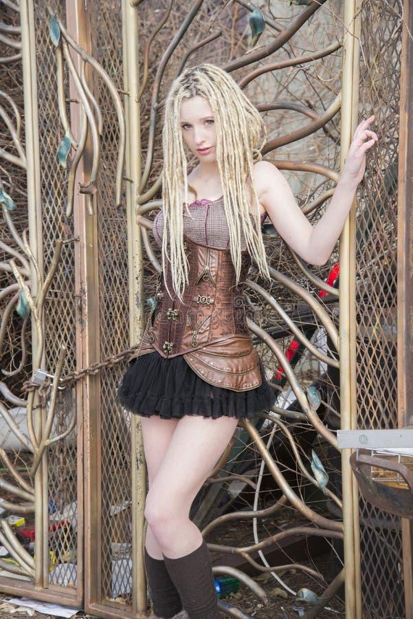 Modell för blondinSteampunk mode royaltyfria bilder