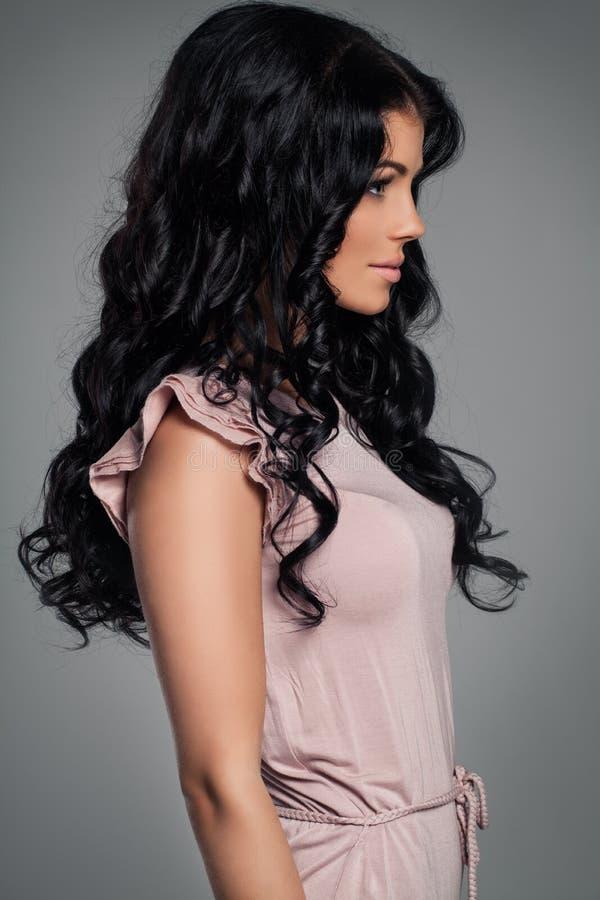 Modell för brunettflickamode Ung kvinna med sunt lockigt hår arkivbilder
