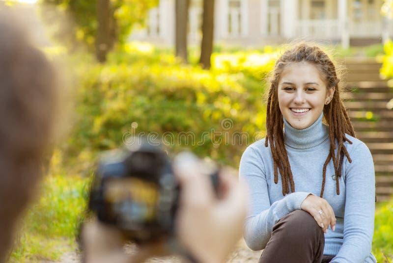 Modell för flickafotograffors royaltyfria bilder
