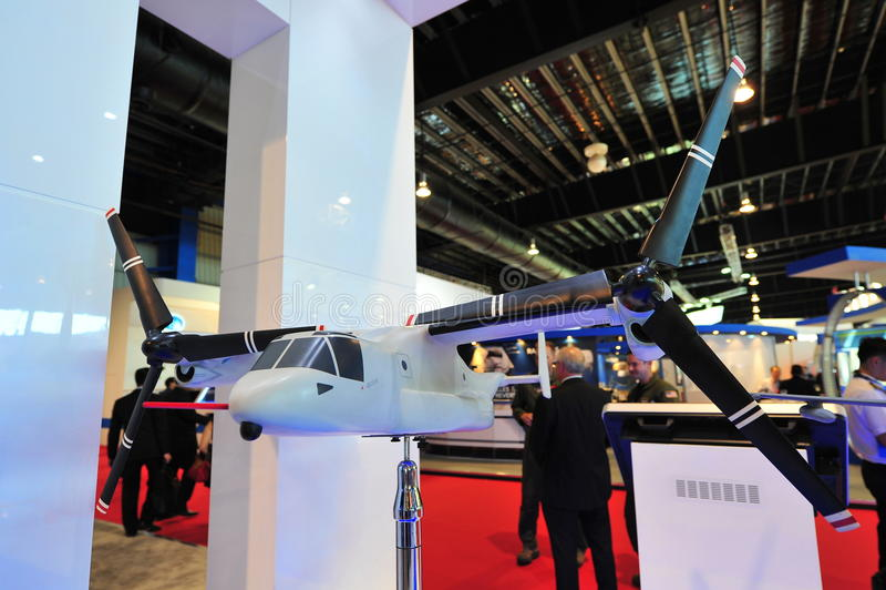 Modell för flygplan för rotor för Klocka Boeing MV-22 fiskgjuselutande på skärm på Singapore Airshow royaltyfria foton