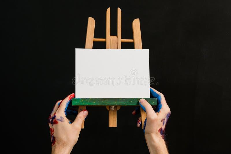 Modell f?r h?nder f?r staffli f?r livsstil f?r konstm?lninghobby royaltyfria foton
