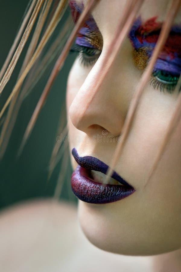 Modell för högt mode med idérikt smink arkivfoto