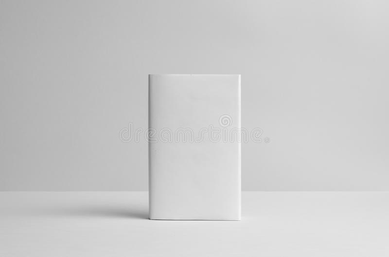 Modell för Hardcoverbok - skyddsomslag framdel bakgrund 3d framför texturväggen royaltyfri foto