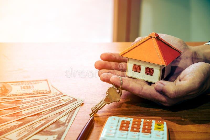 Modell för hem för affärsmaninnehavpapper arkivfoton