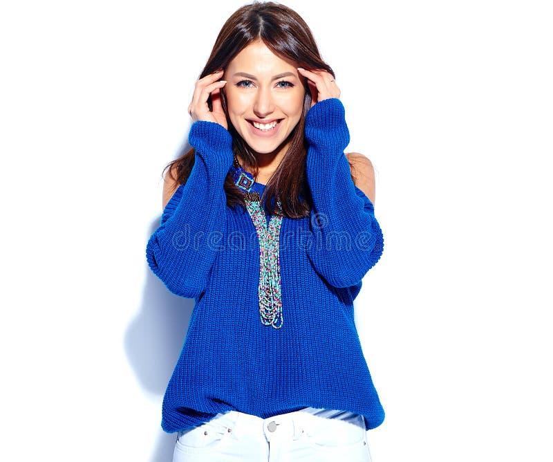 Modell för Hipsterbrunettkvinna i den tillfälliga stilfulla sommarblåtttröjan som isoleras på vit bakgrund royaltyfria bilder