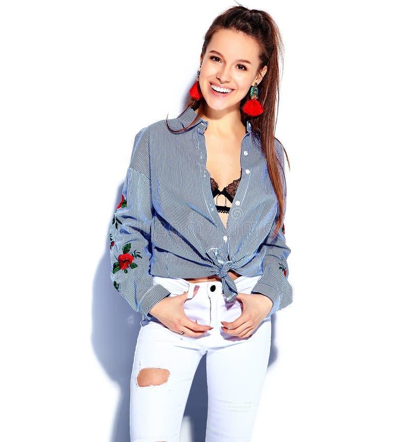 Modell för Hipsterbrunettkvinna i tillfällig stilfull kläder på vit arkivfoto