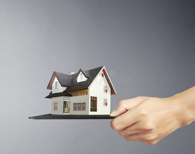 Modell för hus för håll för hand för affärs` s royaltyfri foto
