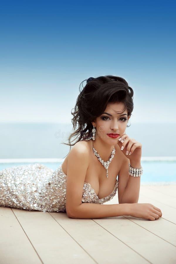 Modell för kvinna för härlig glamourbrunett ursnygg i elegant fashi arkivfoto