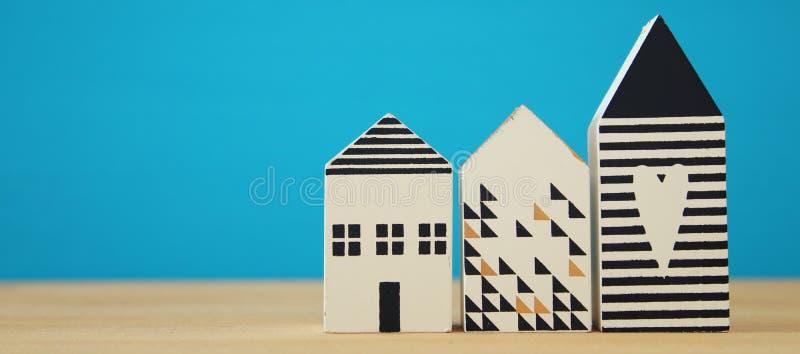 modell för litet hus över trägolv Selektivt fokusera royaltyfri fotografi