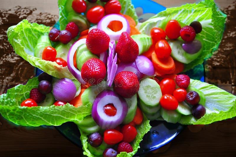 Modell för matkonstblomma med frukter och sallad royaltyfria foton