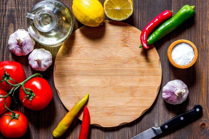 Modell för meny Skärbräda och grönsaker på bästa sikt för trätabellbakgrund royaltyfri bild