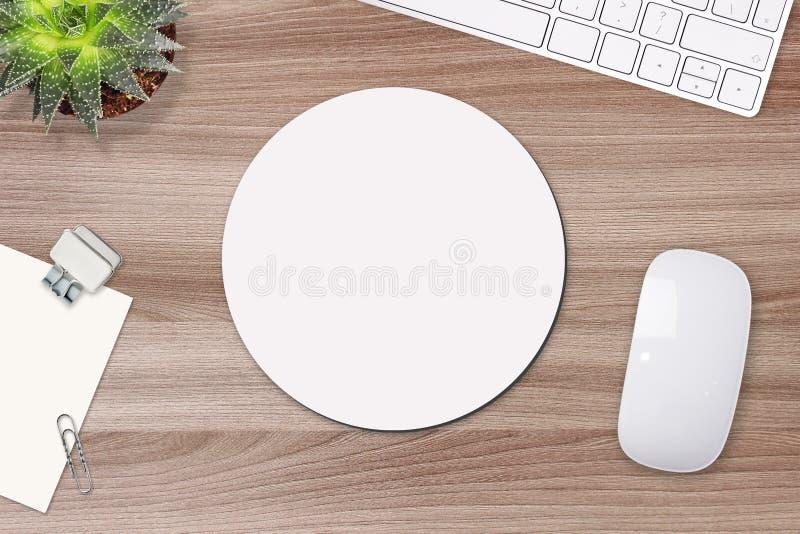Modell för musblock Vitt mattt för runda på tabellen med stöttor, musen och tangentbordet arkivbilder