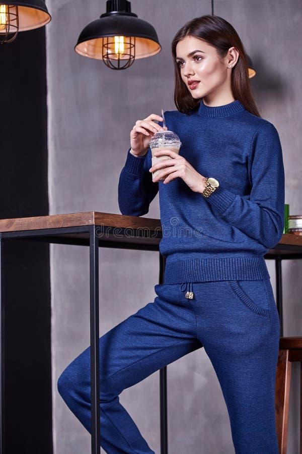 Modell för perfekta för kropp för modestilkvinna härlig för form för brunett kläder för hår royaltyfri fotografi