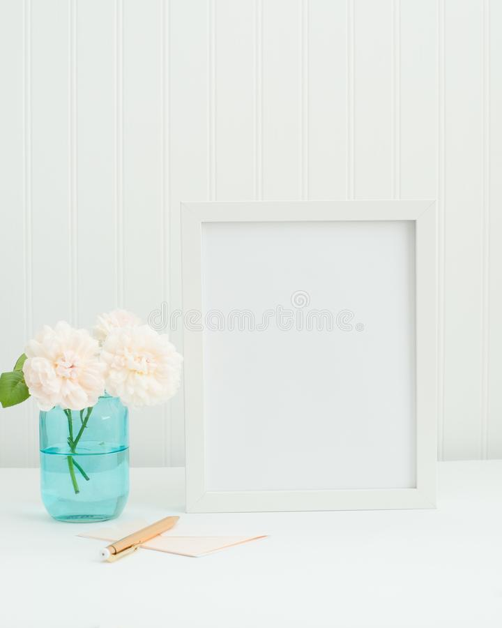 modell för ram 8x10 med aqua, rosa och guld arkivfoton