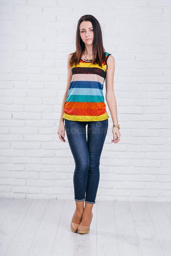 Modell för ung kvinna för brunett för rolig galen glamour stilfull sexig le härlig i sommarkläder i studio arkivbilder