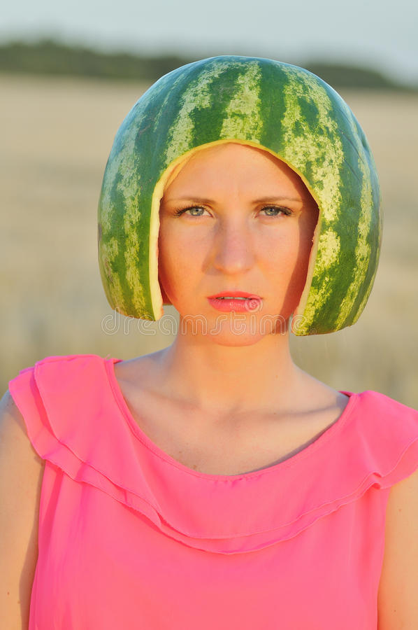 modell för ung kvinna med vatten-melon på huvudet arkivbild