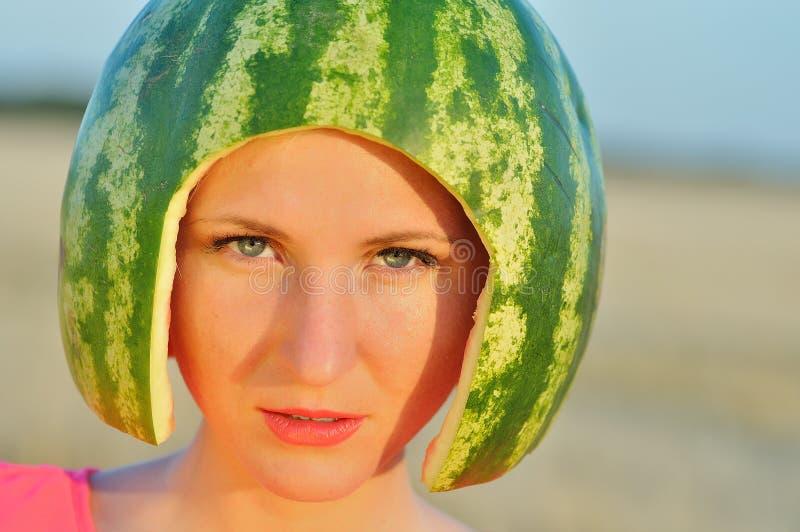 modell för ung kvinna med vatten-melon på huvudet royaltyfria bilder