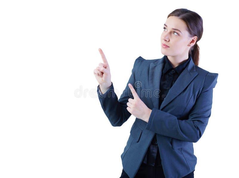 Modell för ung kvinna som ut rymmer hennes arm och visar kopieringsutrymme för produkt Isolerat över vitbakgrund arkivbild
