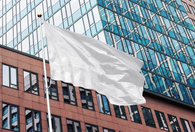 Modell för vit flagga i stads- bakgrund royaltyfria foton